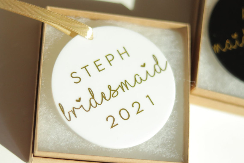 Flat, round ornament in white with STEPH bridesmaid 2021 in gold letters