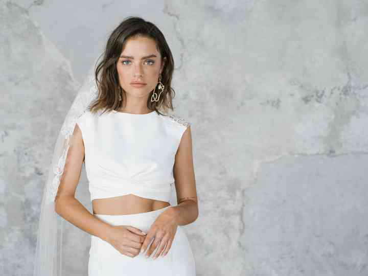 26 Minimalist Wedding Dresses That Are Simple And Understated