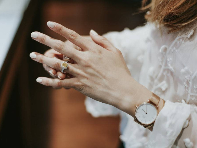 10 Times to Consider Taking Your Engagement Ring Off (And Why)