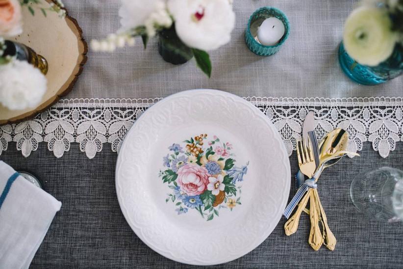 spring wedding idea floral patterned plates