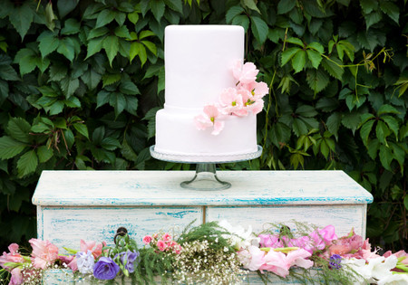 20 Non-Boring Ways to Decorate a White Wedding Cake