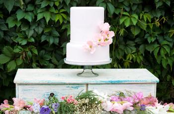 20 Non-Boring Ways to Decorate a White Wedding Cake