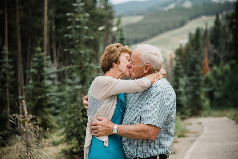 couple kissing 50th anniversary