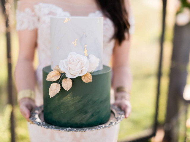 27 Winter Wedding Cakes That Aren't Red and Green