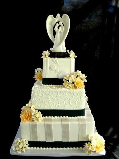 navywhiteandyellowsq wedd cake