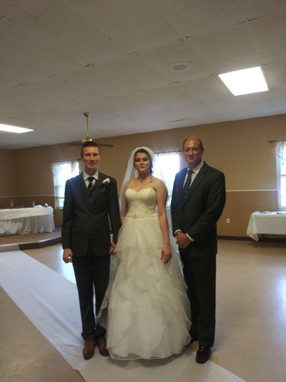 Newlyweds photo with the officiant