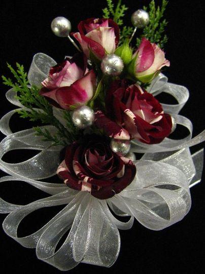 """Flash Night"" spray rose corsage"