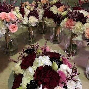 White and red table decorations