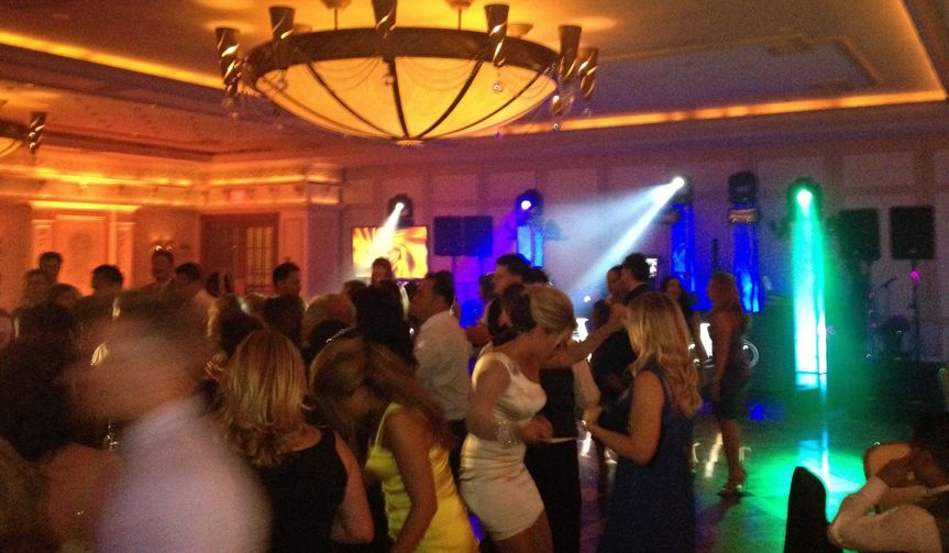 f69bd5218523db29 dancing crwd