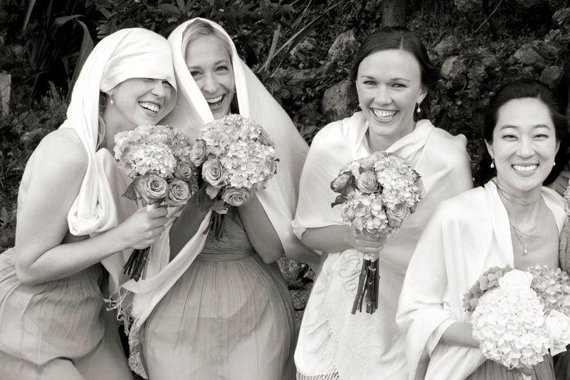 A spontaneous bridal party group portrai