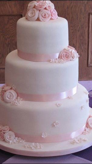 wedding cake pink with roses and small flowers