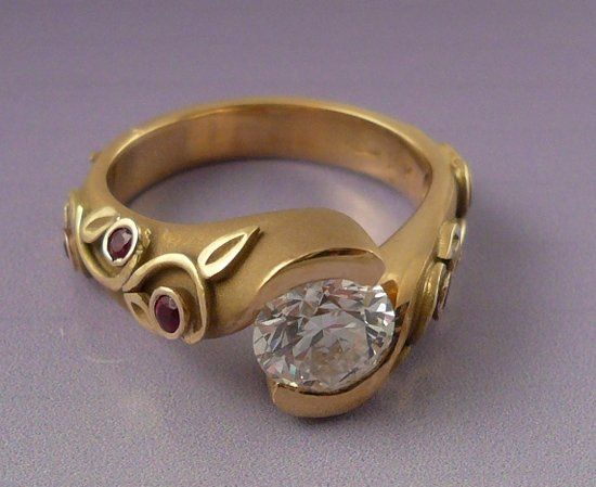 Sarah Yasuda ring with Canadian diamond and ruby sides in 18k yellow gold.