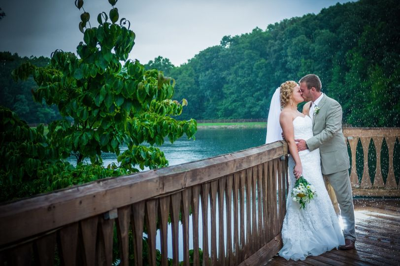 Kissing in the rain (Buckeye Entertainment Photography)