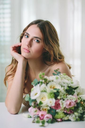 Natural makeup for a flawless and fresh bride