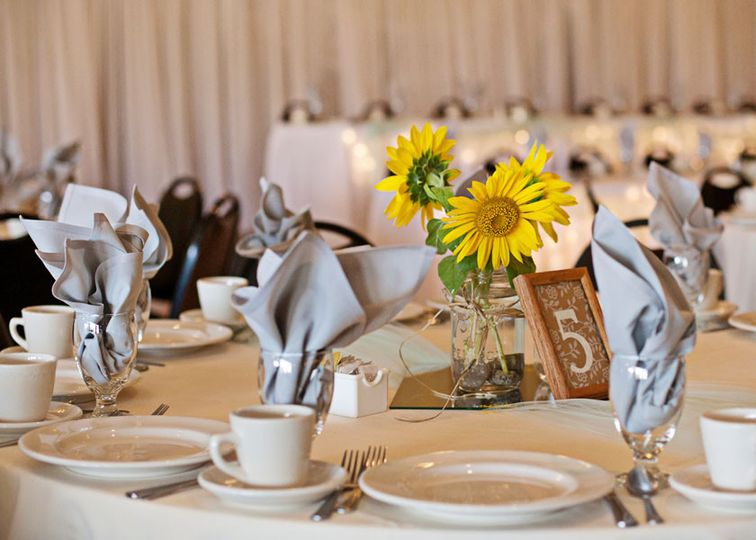 Table setup with sunflower centerpiece | Cortesy Gosia's Photography