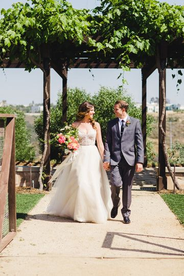 f4725d931100db7a Organic Garden Bride Groom 5 Amy Lynn Photography