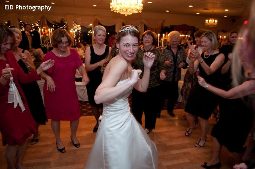 800x800 1418778874033 hudson valley wedding dj bri swatek dance party le