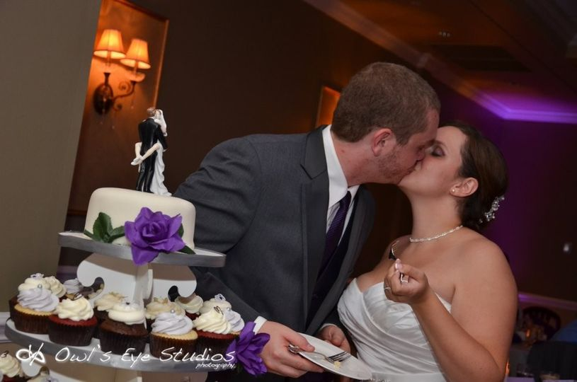 hudson valley wedding dj bri swatek cake cutting l