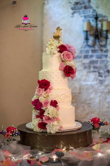 traditional white buttercream wedding cake with piping details 003 51 529340 1557020060