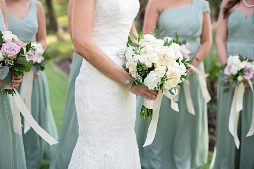 Classy white wedding bouquet