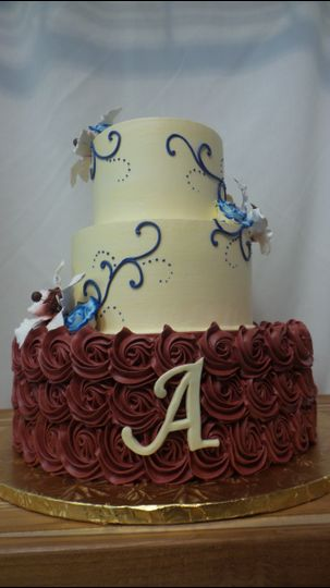 Adding a monogram includes such a personalized touch to your wedding cake