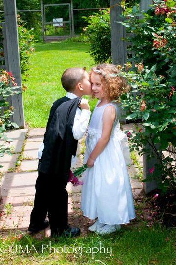 Mini couple kissing