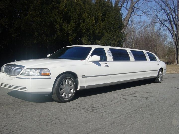 10 passenger White Lincoln Town Car Limousine
