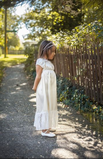 This is such a sweet and feminine maxi dress!  It's a classic peasant style and has elasticized...