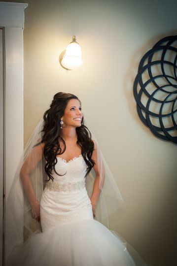 Fitted wedding dress | Photo: CC Design Studio www.ccdesignstudio.comHair: Liz Tucker for Allison...