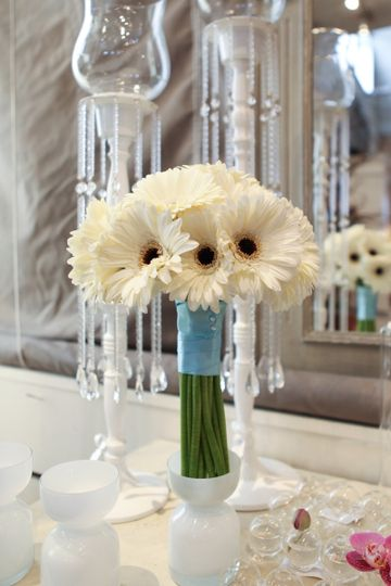 Simple white daisy bouquet