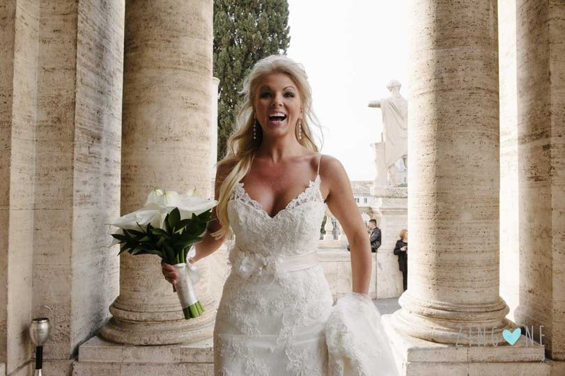 The bride meet her wedding guests for the very first time at the town hall of Rome