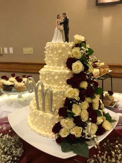 Floral wedding cake with figurines