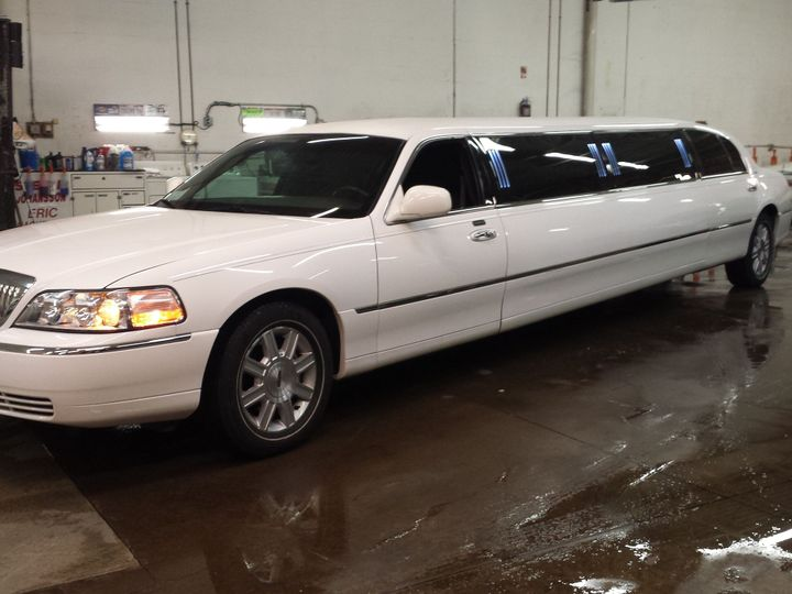 Tmx 1521408238 83ee11ef5f41193e 1521408236 Ae688278bc4f76c6 1521408233242 4 55A7F89E 42C4 4263 Mentor, Ohio wedding transportation