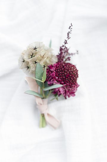 Merlot flowers and texture details for this modern wedding