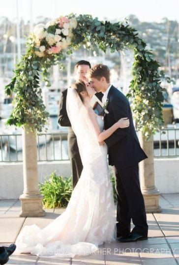 Wedding arch kiss