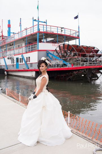 Bride's photo by the columbia gorge sternwheeler