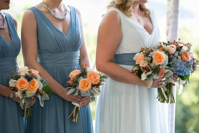 Orange and blue bouquet for the bride and bridesmaids