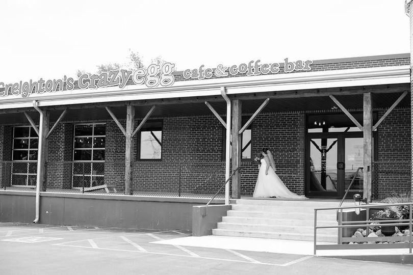 e5628bb3338c814b Bride outside venue