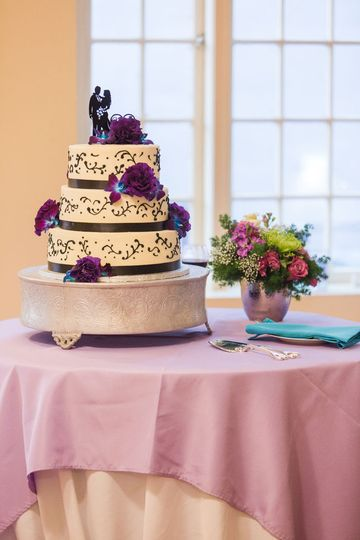 Cake flowers with orchids and purple lisianthus.