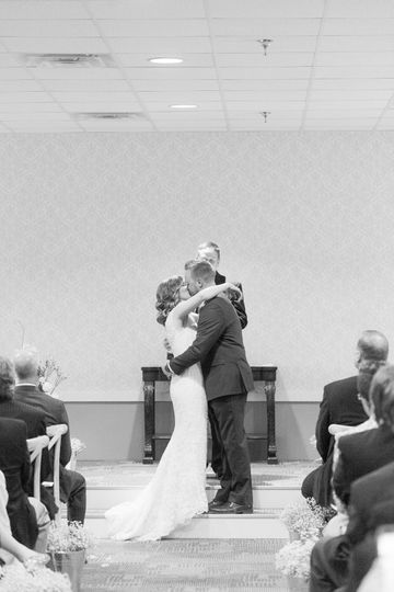 Wedding kiss | Emily Crall Photography