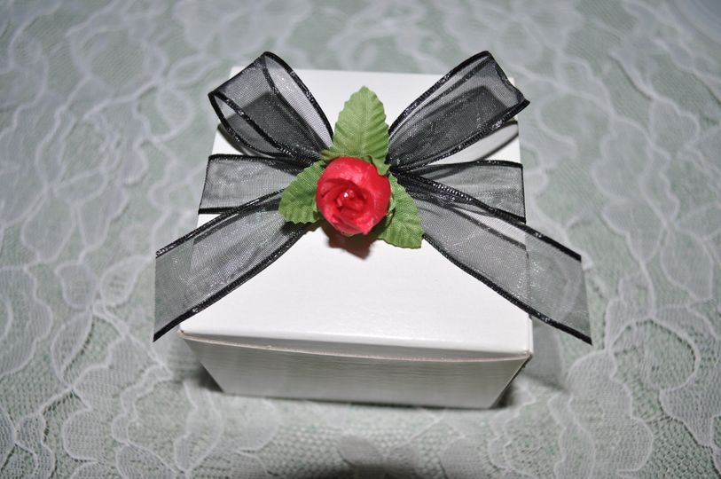 favor box black ribbon with red rosebud