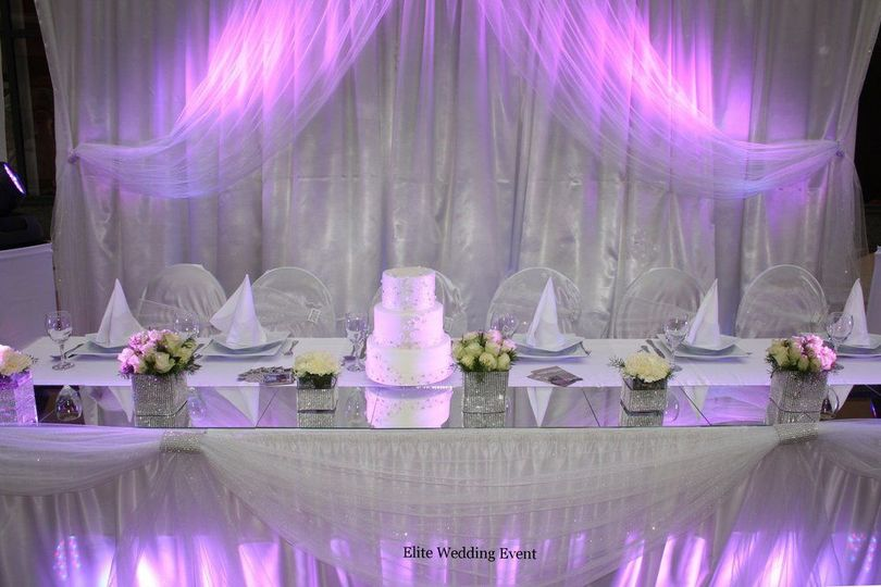 Head table with wedding cake
