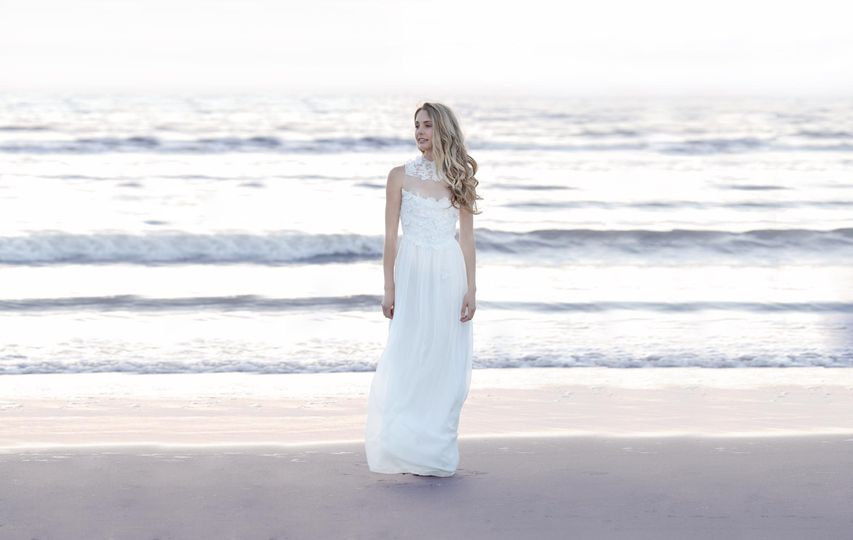 :This feminine wedding dress comes with an exquisite flower lace, a flattering, flowing silhouette...