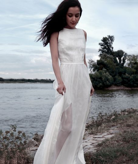 Effortlessly elegant bridal co-ordinate made of luxurious silk chiffon and soft, delicate lace