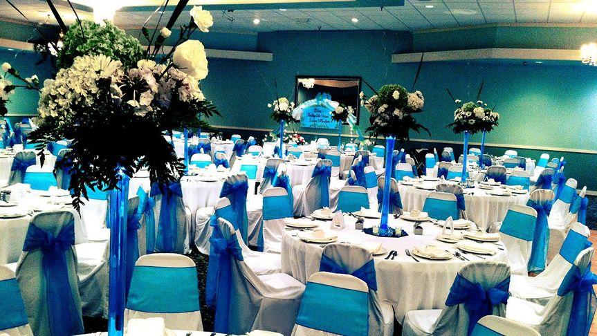 Raised centerpieces and blue decor