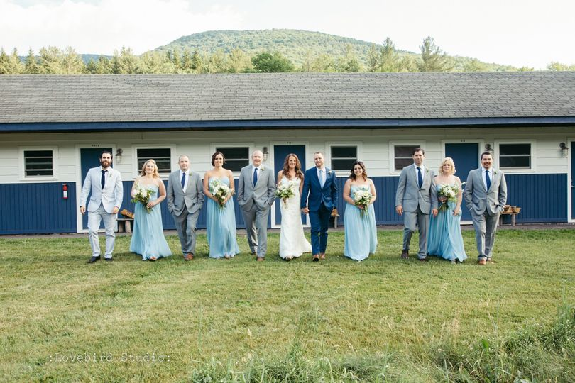 Couple with groomsmen and bridesmaids