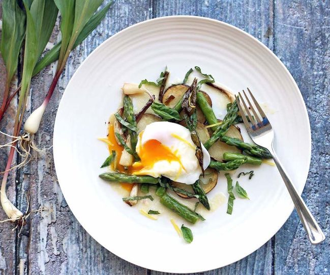 Spring salad with ramps, asparagus, poached egg - idea for a plated dinner starter