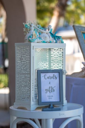 Cardbox with blue flowers