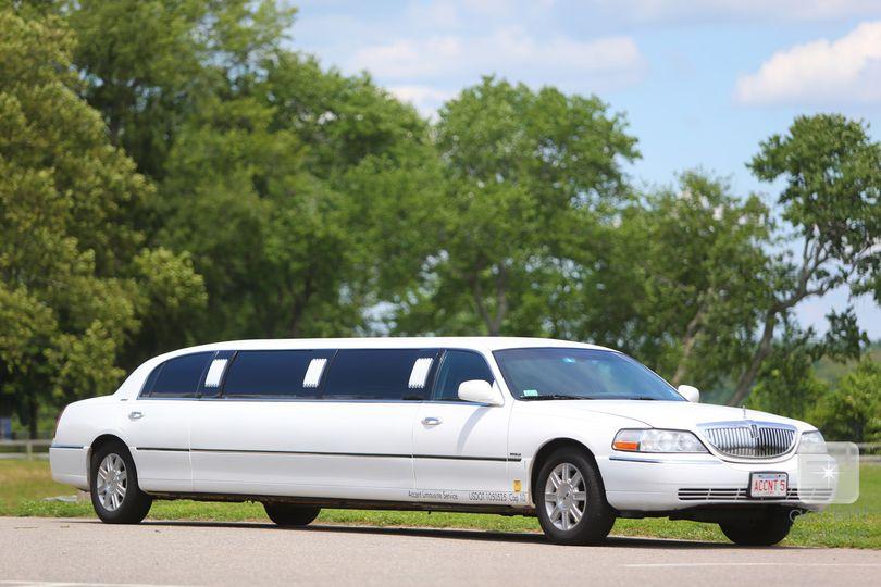 lincoln white limousine ext