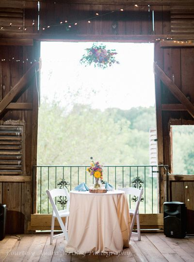 A classic sweetheart table – with a view – at the Rocklands Farm barn. (Courtesy Audra Wrisley...